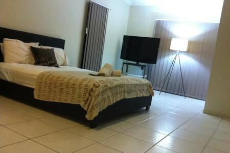 Large room CLIFTON BEACH CAIRNS - Clifton Beach - Dom