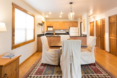 Very nice 1BR condo, walk to the gondola with a pathway or you also have close access to the city's free shuttle system, a large assortment of restaurants and apres ski places are close by.