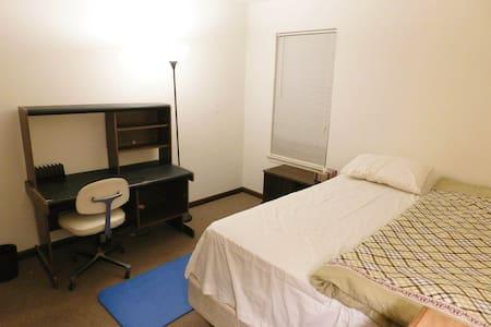 Quiet Private Room near Port Jeff Train Station - Hus