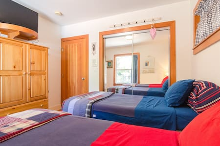 We are renting the downstairs guest bedroom of our half-acre Woodland Hill estate. This room features private entry on the first floor. The room is quiet & cozy and the bathroom has a beautiful free standing tub.