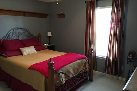 Quiet area, private bed & bath, great location - Concord - Hus