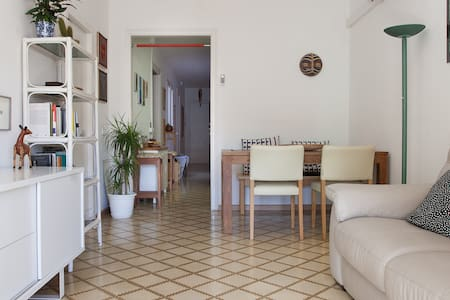 Private bedroom in a beautiful flat in great location. Located in Sant Antoni, 10 minutes form Raval, from plaza Catalunya or plaza España.