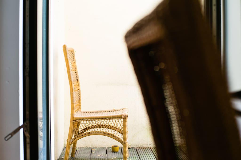 ... es gibt auch einen kleinen Balkon ...