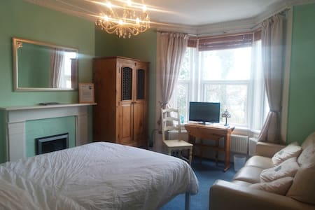 Green Room. Double, en-suite bath. - Broadstairs