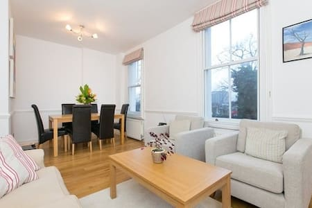 Charming 2 bed flat in Earls Court