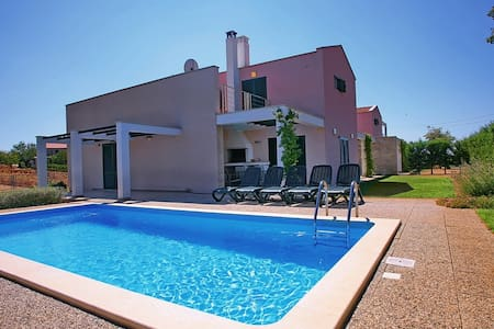 Villa Mihelici 2 with swimming pool - Casa