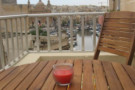 New on the market, a corner 5th floor , bright and airy apartment served with lift.  Very central with stunning Yacht Marina views . 5 minutes bus ride both to Valletta and Sliema . Shops and bus stops are  just outside the building .