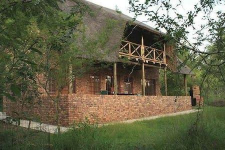 Family house in the serene bush - Casa