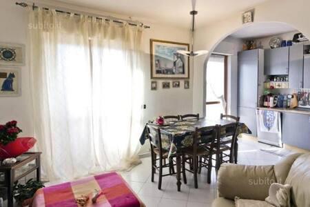 camera matrimoniale luminosa - Cagliari - House