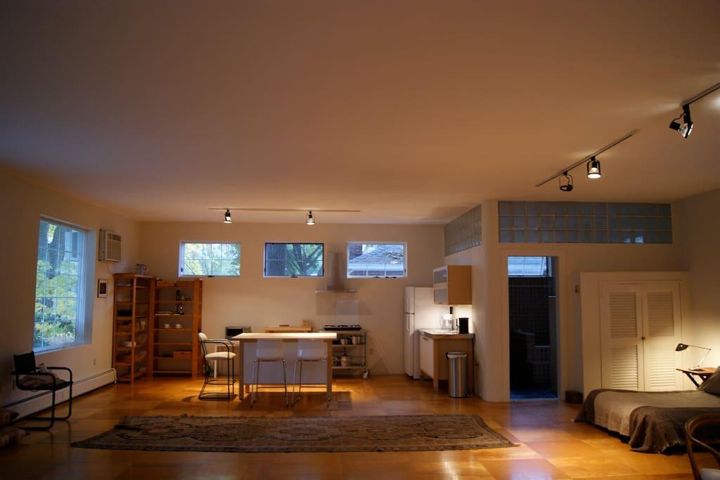 Large Studio/Loft– Walk to Town