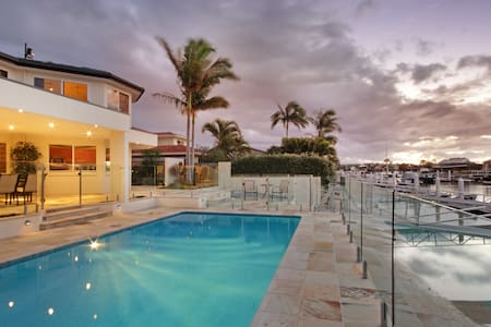 Luxury waterfront villa with pool and boat - Rumah