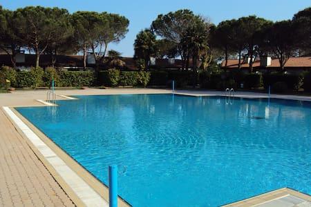 Villetta con piscina fila interna - Bevazzana - Bungalow