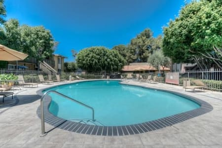 Quiet Condo, Pool, Jacuzzi, Gym! - Torrance - Condominium