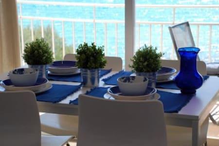 Apartment with direct sea view, S' Illot - S'Illot - Appartamento