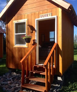 """Quiet"" Tiny Cabin by the river - Talkeetna"