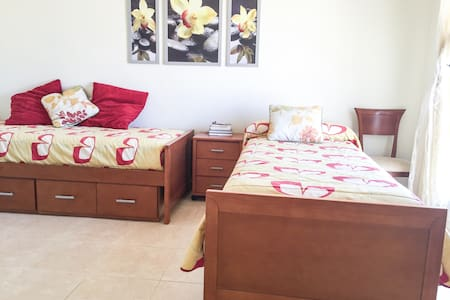 Free airport  transfer. Private bathroom. - Appartement en résidence