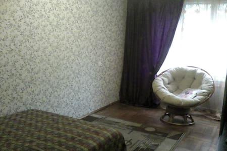 Просторная комната с удобной кроватью - Sankt-Peterburg - Apartment