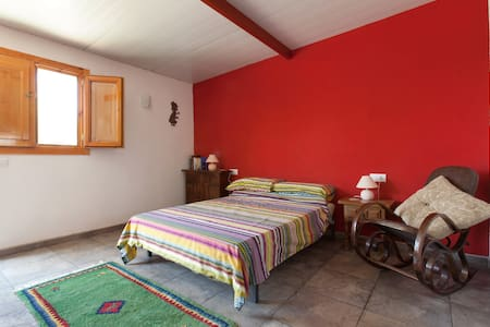 The Red Room at Manna House Finca - Bed & Breakfast