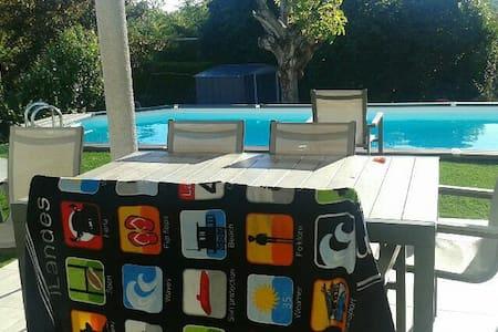 Petite maison moderne avec piscine - House