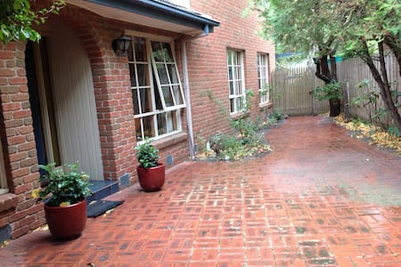 Large family home in treed garden. - Beaumaris - Haus