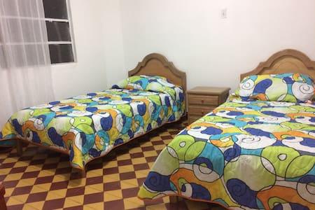Habitación doble en casa laureles - Medellín - House