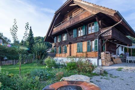Schweizer Chalet mit Garten, nähe Sehe, Bergsicht - Hilterfingen - Talo