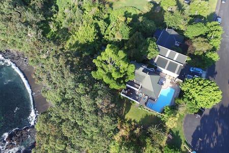 Clifftop ocean-front beach house - House