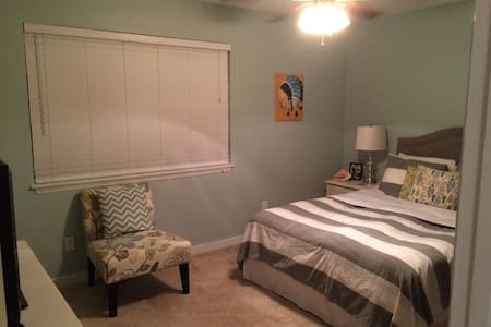 Private Queen Bedroom and Bath - Tallahassee - Szeregowiec