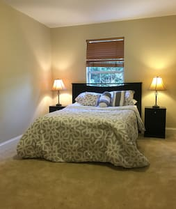 Private Luxury Queen Bed Room  with Shared Bath - Reihenhaus