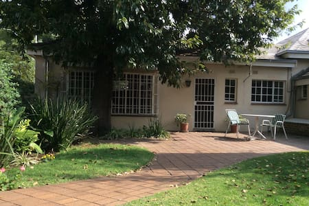Garden flat in the suburbs - Johannesburg - Bungalow