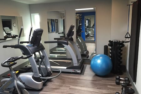 Top-floor apartment w/ pool + gym! - Belmont - Apartment