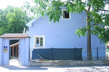 Blue House with Garden - Wien