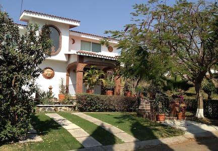 Hermosa casa en lugar ¡paradisíaco! - Fraccionamiento Lomas de Cocoyoc - Dom