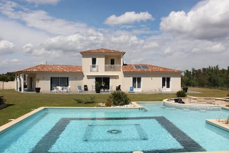 Villa en Provence, piscine jacuzzi - Simiane-Collongue - House