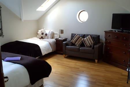 Spacious Treble En-Suite Room -  Wild Atlantic Way - Castlemaine - Bed & Breakfast