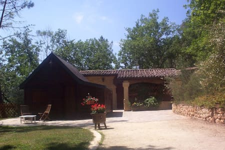 Les Pins. Stone house and wooden chalet for 6 - Montignac - House