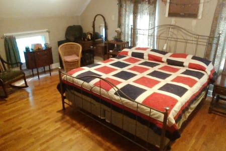 Upstairs Bedroom in a comfy Cape Cod - King bed. - House