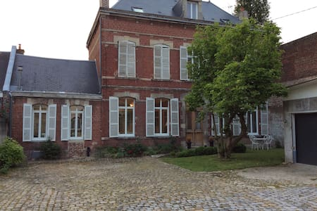 Grande maison bourgeoise centre ville tout confort - Huis