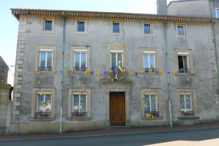Appart spacieux au 2é étage d'une grande maison - Lalouvesc - Wohnung