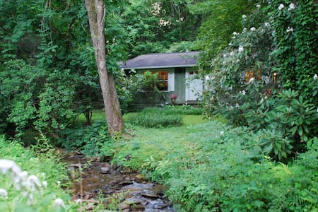 Cabin by a creek. Close to Brevard. - Haus