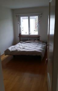 helles, einfaches Zimmer mit Doppelbett - Wettingen