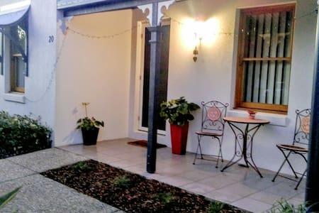 Kawana Island, 2 bedrooms + bathroom - Parrearra - House