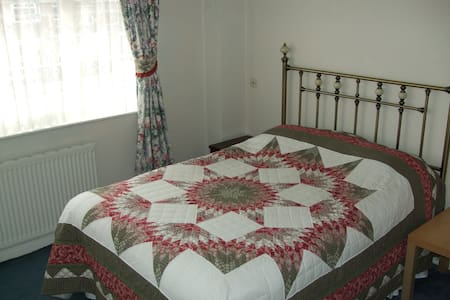 Large double room with off road parking. - Swindon - Casa