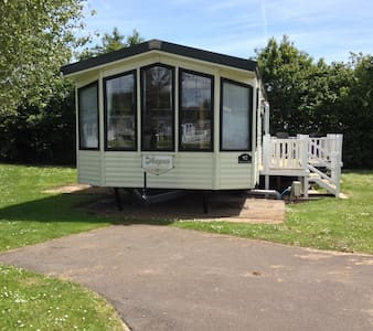 Caravan with Scenic Lakeside View - Humberston