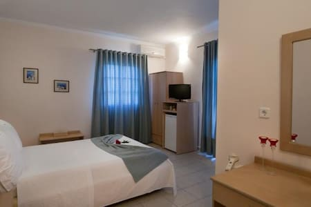""" Konstantinos ""  Adamas - Double Room Sea View - Plaka - Bed & Breakfast"