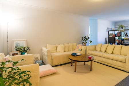 Cozy & charming Queen bed close to city - Homebush West - Apartmen