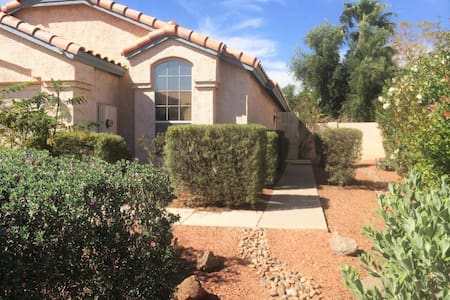 Private Queen Bdrm 15mins from PHX Airport - House