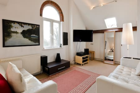 Bright, artistic apartment - Walton-on-Thames - Appartement