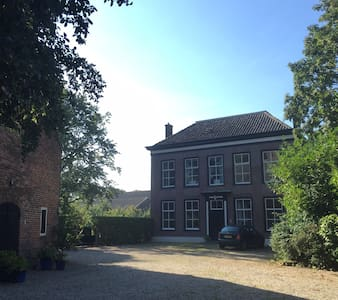 Spacious Guestroom in Beautiful Historic House - Tull en Het Waal - Villa
