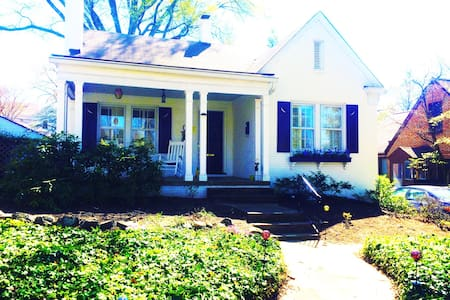 Charming Cottage Near Downtown! - Greensboro - 단독주택